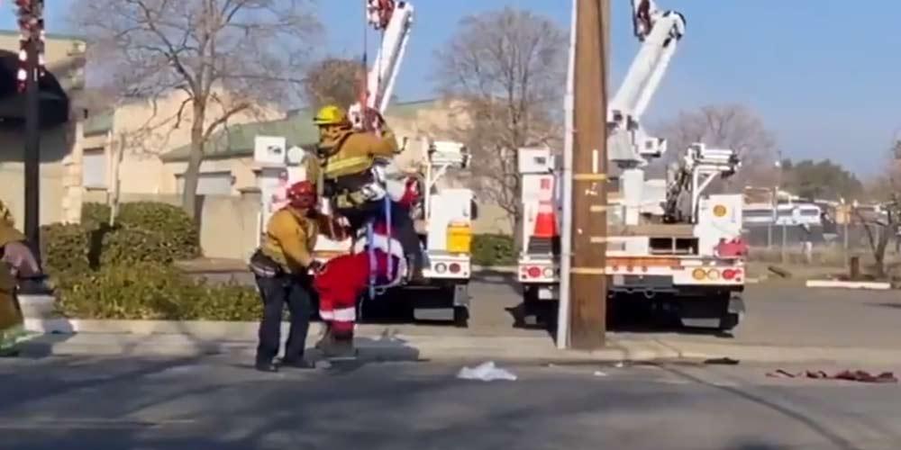 Babbo Natale atterra ma resta impigliato nei cavi elettrici
