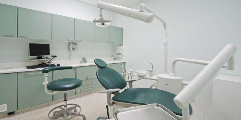 Stati Uniti: Dentista rompeva i denti per poter applicare delle corone