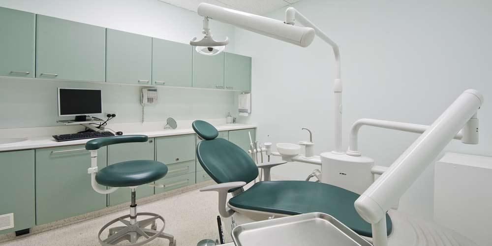 Dentista rompeva i denti per poter applicare delle corone