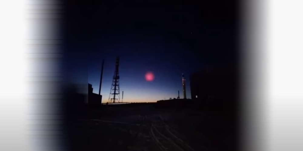 Enorme sfera rosa ferma nei cieli della Cina