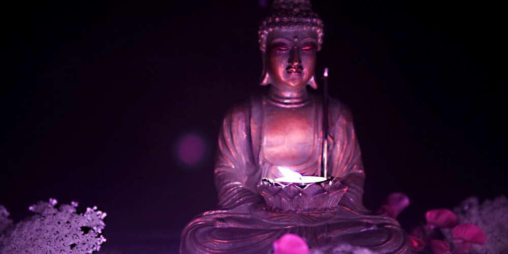 Enorme statua di Buddha viene fuori dai grattacieli cinesi