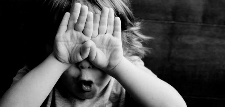 Non riesce a risolvere problema della figlia di 6 anni e diventa virale