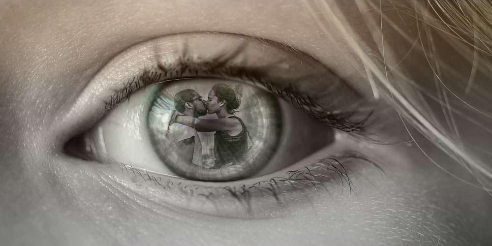 Scopre il tradimento della fidanzata grazie ad un riflesso negli occhi