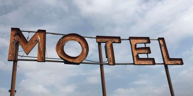 Donna condivide strani segni trovati in una camera d'albergo