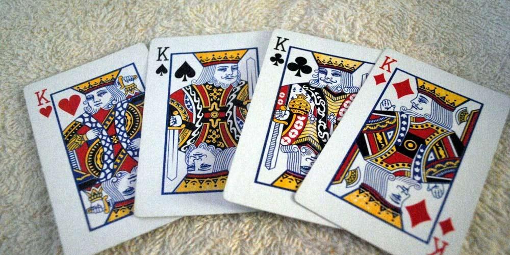 Donna crea mazzo di carte senza Re