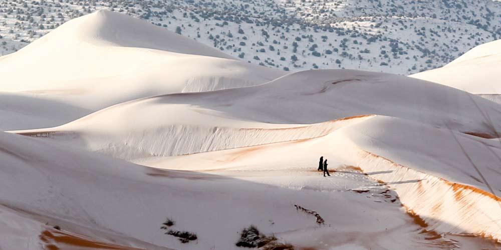Il clima cambia neve tra le dune del Sahara