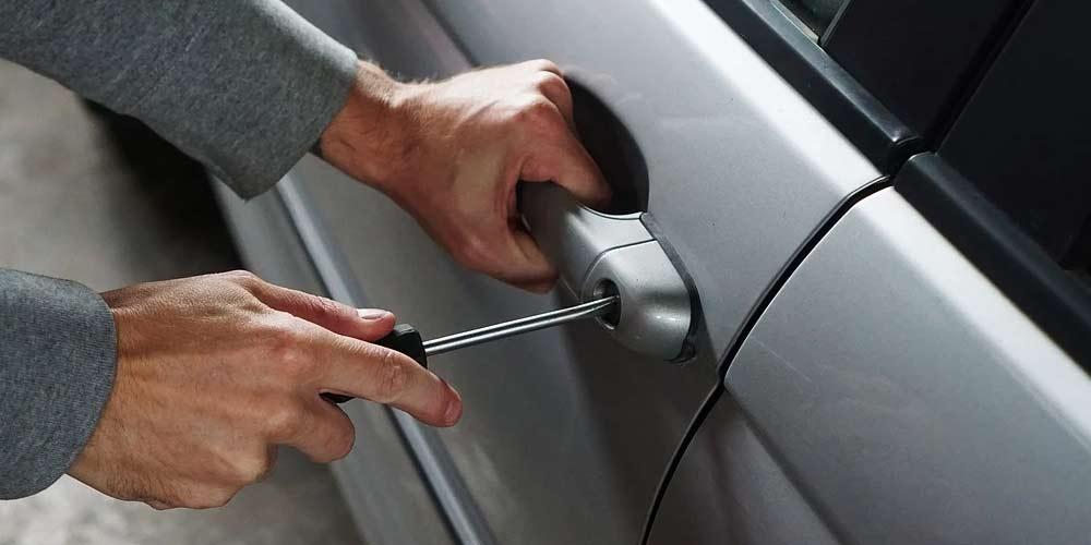 Ladro restituisce auto e rimprovera la proprietaria