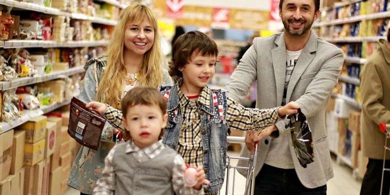 Nel supermercato si sfoga: I bambini non devono stare nei carrelli