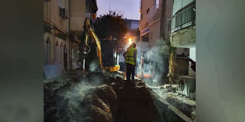 Una strana fonte di energia scioglie la strada a Tel Aviv