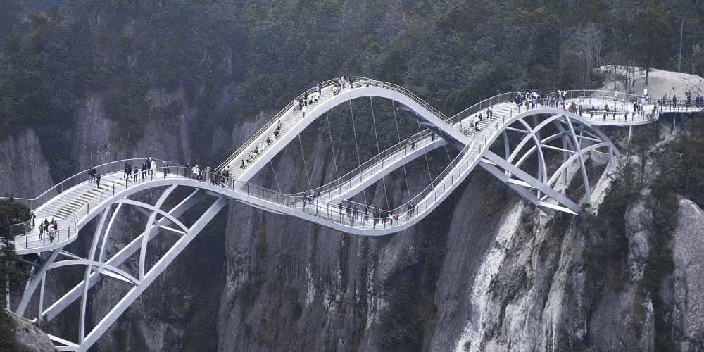 Apre il ponte di vetro curvo di 140 metri spettacolare