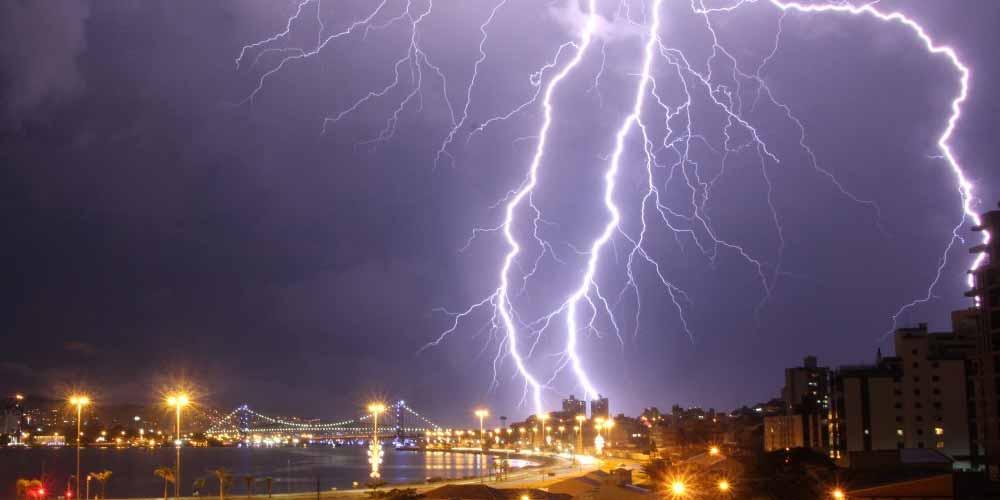 Tempesta elettrica il momento in cui un fulmine colpisce un albero