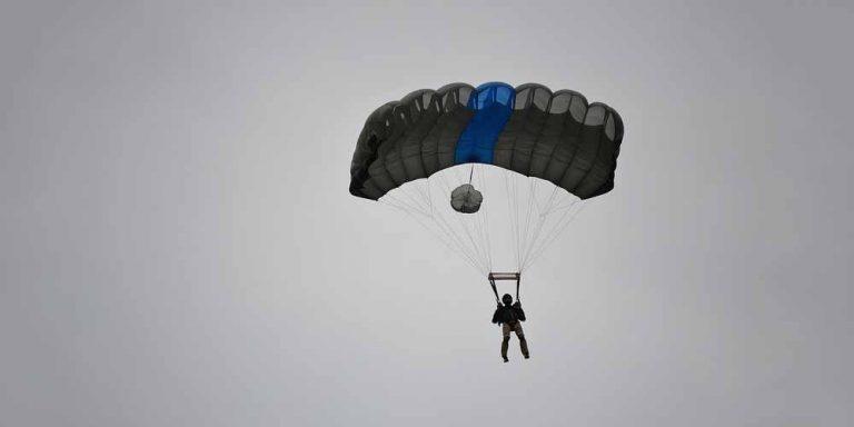 Base Jump da una scogliera di 700 metri, diventa virale
