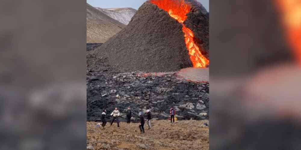 Giocano a pallavolo mentre il vulcano erutta