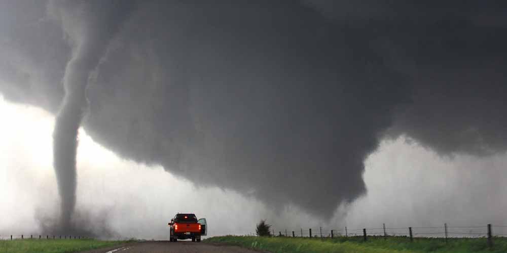 Il meteorologo scopre in diretta la sua casa devastata dal tornado
