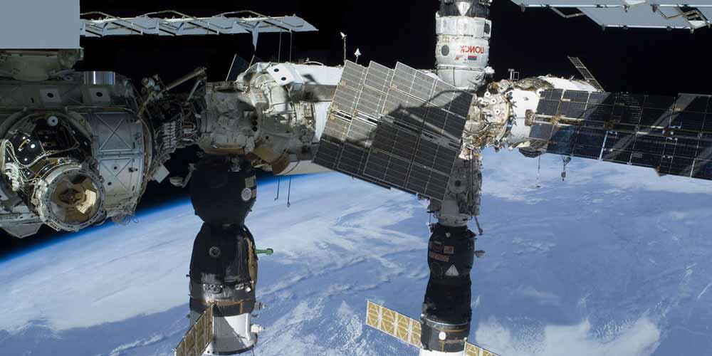 La stazione spaziale filma uno strano oggetto alle sue spalle