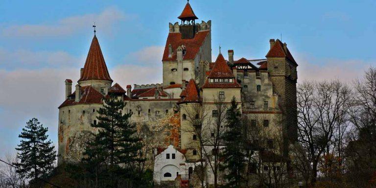 Il Castello di Dracula somministra vaccini covid per i turisti