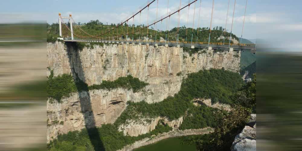 incredibile video del ponte di Guizhou durante una tempesta