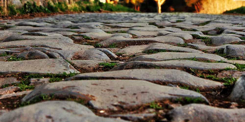 antica-strada-di-pietra-emerge-dalle-acque-del-pacifico