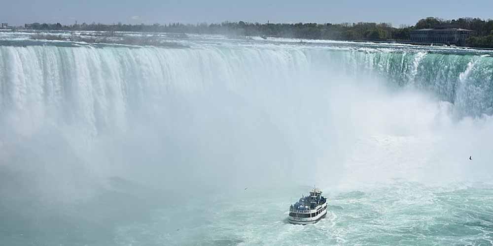Ce qualcosa di strano sotto le cascate del Niagara