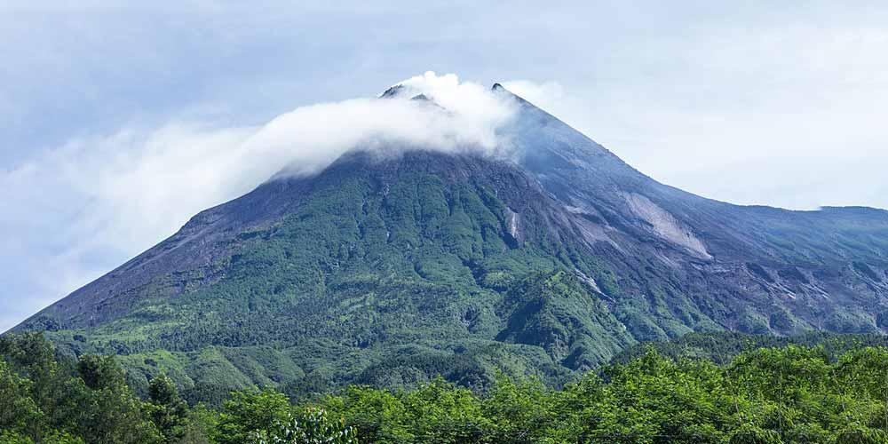 Incredibile oggetto entra nel vulcano del Monte Merapi