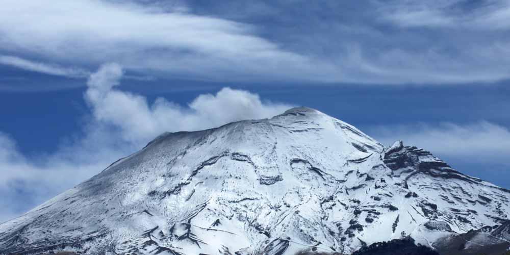 Messico Due oggetti fuoriescono dalla bocca di un vulcano