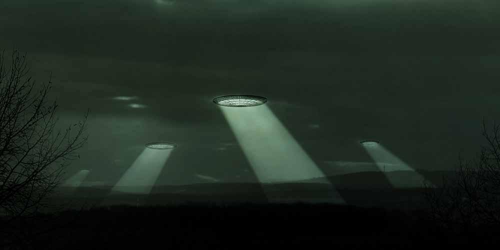 Ripreso oggetto ovale nascosto dietro le nuvole