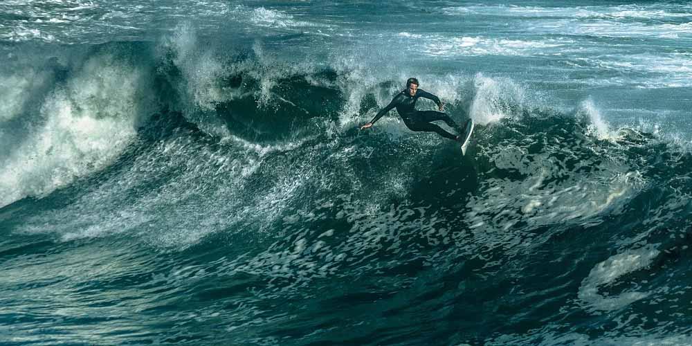 Video virale Cosa appare accanto al surfista