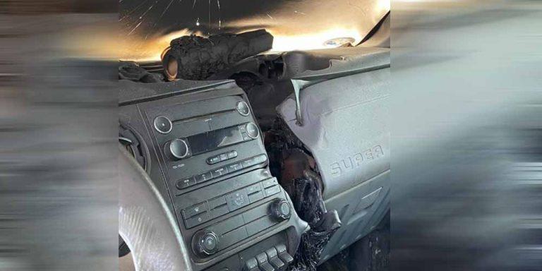 Diventano virali le immagini di un fulmine che colpisce un auto