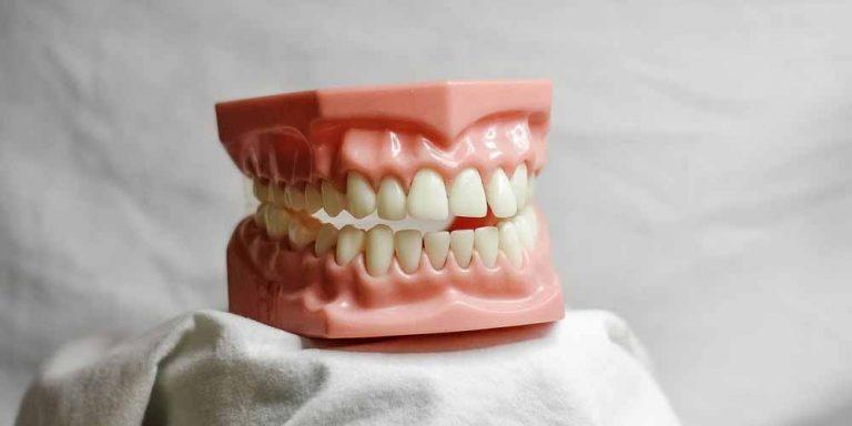 Entra di nascosto in una clinica ed estrae 13 denti