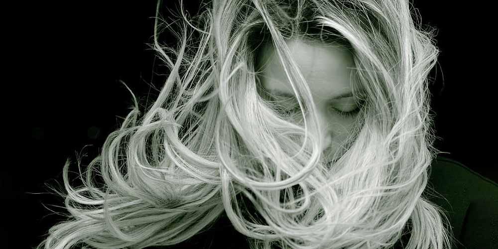 I capelli grigi in tenera eta non sono sintomo di vecchiaia