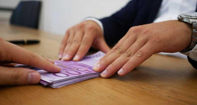 Milionario preleva una grossa somma, la banca va in tilt