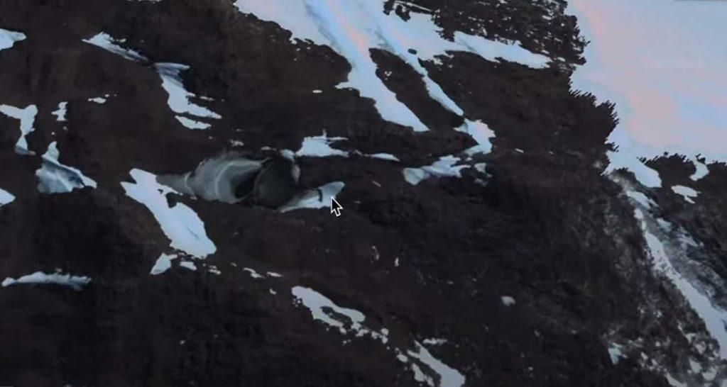 Strana cupola con un ingresso in Antartide
